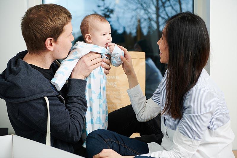 北欧ベビー服を着た赤ちゃんと両親