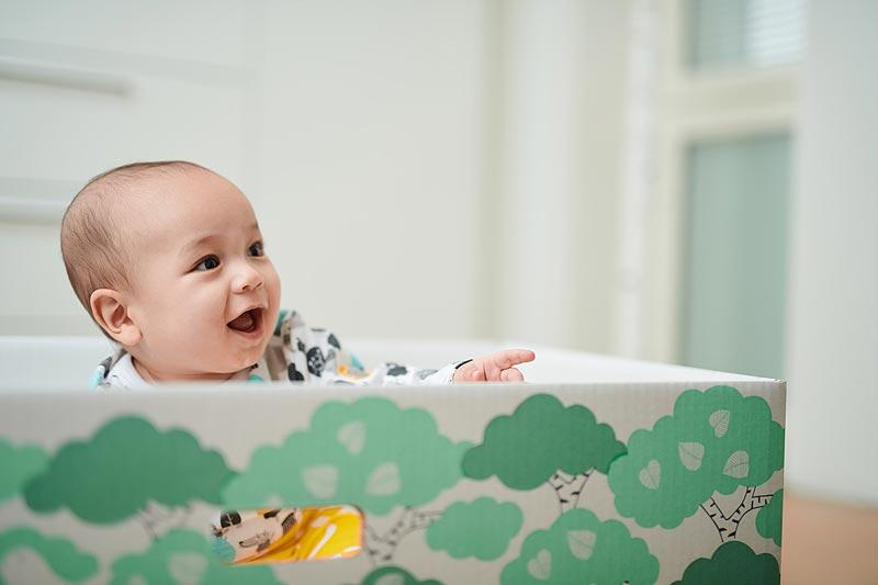 ベイビーボックスの中の赤ちゃん