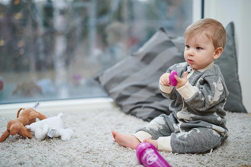 ウールのオーバーオールを着た赤ちゃん