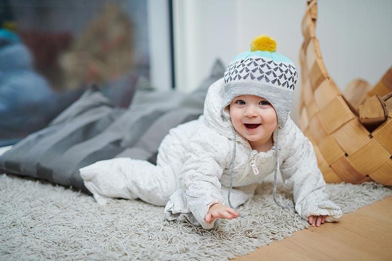 北欧のオーバーオールを着た赤ちゃん