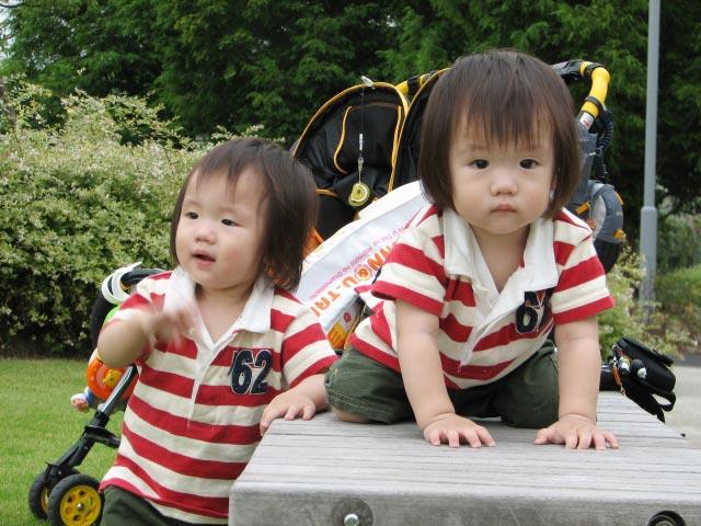 双子とベビーカー